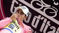 Alberto Contador nadále v růžovém trikotu pro lídra Gira.