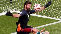 Kopačkou napřed šel útočník Mexika Javier Hernández do brankáře Brazílie Allisona.