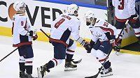 Hvězdný útočník Washingtonu Capitals Alex Ovečkin (8) slaví s obráncem Radko Gudasem výhru nad New York Islanders.