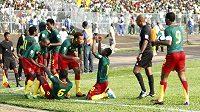 Radost kamerunských fotbalistů v utkání s Tuniskem.