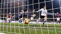 Mario Pasalič z AC Milán střílí vítězný gól v ligovém duelu proti Boloni.