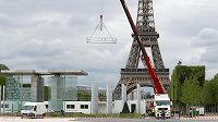 Fanouškovská zona vyrůstá poblíž Eiffelovy věže v Paříži.