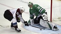Gabriel Landeskog (92) z Colorada a brankář Dallasu Ben Bishop (30).