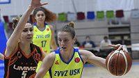 Utkání čtvrtfinále Evropské ligy basketbalistek: Zprava Kateřina Elhotová z USK a Jevgenia Beljakovová z Jekatěrinburgu.