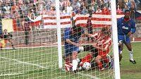 Karel Poborský v dresu Viktorie Žizkov (druhý zleva) se snaží propasírovat míč do branky Chelsea v utkání Poháru vítězů pohárů v roce 1994.