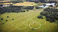 Před přistáním na londýnském letišti Heathrow uvidí cestující obří olympijské kruhy vysekané v trávě v Richmondově parku.