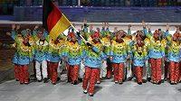 Němce zdobila duha při slavnostním nástupu výprav, v čele vlajkonoška Maria Höflová-Rieschová.