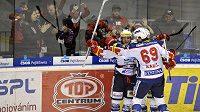 Hokejisté Pardubic se radují z branky v utkání se Slavií.