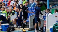 Obránce Fulhamu Tomáš Kalas opouští hrací plochu poté, co viděl červenou kartu hned v první minutě duelu s Readingem.