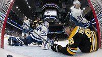 David Pastrňák a puk v brance, v NHL v poslední době běžný obrázek. Jako v utkání proti Torontu, v němž český útočník překonal Garreta Sparkse v brance Maple Leafs.