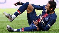 Hvězdný útočník Neymar je znovu v péči lékařů.