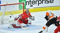 Český brankář Caroliny Hurricanes Petr Mrázek v akci na ledě Philadelphie Flyers v utkání NHL.