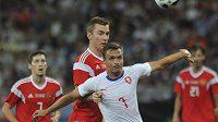 Stanislav Tecl (7) se snaží prosadit proti ruské defenzivě.