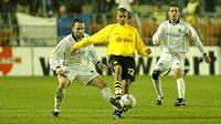 Obránce Liberce Bohuslav Pilný (vlevo) brání brazilského útočníka Amorosa z Borussie Dortmund v úvodním čtvrtfinále někdejšího Poháru UEFA na jaře 2002. Vpravo přihlíží obránce Slovanu Jozef Valachovič.