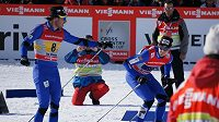 Čeští běžci při SP v La Clusaz vybojovali třetí příčku. Aleš Razým (vlevo) předává štafetu finišmanovi Martinu Jakšovi.