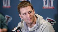 Quarterback Tom Brady z New England Patriots na tiskové konferenci před Super Bowlem.