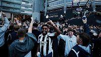 Euforie fanoušků Newcastlu po příchodu novýh vlastníků. Ambice jsou obrovské. Další kluby z Premier League však nadšení nesdílejí.