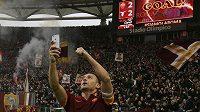 I v příští sezóně si může Francesco Totti dělat selfie s římskými tifosi.