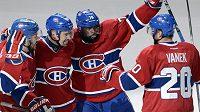 Útočník Montrealu Tomáš Plekanec (druhý zleva) se raduje z gólu Montrealu Canadiens proti Bostonu se svými spoluhráči (zprava) Thomasem Vanekem (20), P.K. Subbanem (76) a Joshem Gorgesem.