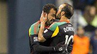 Landon Donovan (vlevo) líbá na čelo Juninha, který vstřelil postupující gól proti Seattlu.