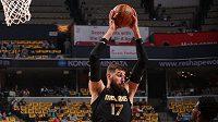 Jonas Valenčiunas v dresu Memphisu doskakuje míč v zápase NBA proti San Antoniu.