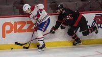 Pro útočníka Dereka Stepana z Ottawy (vpravo) skončila kvůli zranění ramena předčasně sezona NHL.