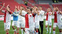 Kapitán Karol Kisel a hráči Slavie děkují divákům po výhře 5:1 nad Jabloncem.