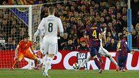 Luis Suárez (vpravo) střílí rozhodující gól v El Clásiku, brankář Realu Madrid Iker Casillas už nestačil zasáhnout.