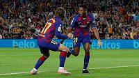 Ansu Fati (vpravo) z Barcelony a jeho spoluhráč Antoine Griezmann se radují z prvního gólu Barcelony v utkání proti Valencii.