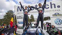 Sébastien Ogier a Julien Ingrassia slaví svůj triumf ve Švédské rallye.