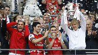 Wenger si užíval vítězství v Anglickém poháru. Hráči ho dokonce i vykoupali v pivě.