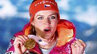 Mistryně světa Gabriela Koukalová si užívala se zlatou medailí i na slavnostním vyhlášení. Česká biatlonistka vyhrála v Hochfilzenu sprint na 7,5 kilometru.