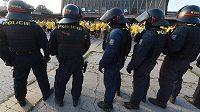 Na snímku jsou opavští fanoušci pod dohledem policie po příjezdu na vítkovické nádraží.