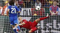 """Andrea Pirlo nedal """"všovickým dloubákem"""" anglickému brankáři Joemu Hartovi šanci a jeho penalta straší i další gólmany"""