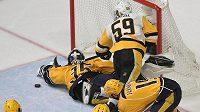 Gólman Nashvillu Pekka Rinne (35) zastavuje nejlepšího střelce play off NHL Jakea Guentzela (59).