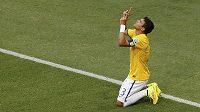 Brazilec Thiago Silva si vychutnává gól proti Kolumbii.