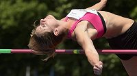 Česká reprezentantka Eliška Klučinová při skoku do výšky.