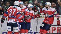 Hokejisté Pardubic se radují z prvního gólu.