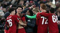 Fotbalisté Liverpoolu vyřadili v osmifinále Ligového poháru po divoké domácí přestřelce Arsenal na penalty, v normální hrací době skončil zápas nevídanou remízou 5:5.