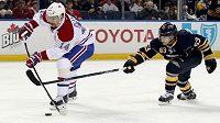 Tomáš Plekanec (vlevo) z Montrealu Canadiens střílí na branku Buffala Sabres v zápase kanadskoamerické NHL.