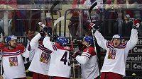 Čeští hráči se radují z vítězství nad Ruskem.