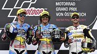 Švýcar Thomas Lüthi (vpravo) na stupních po závodě Moto 2 při GP Rakouska, uprostřed Ital Franco Morbidelli, vlevo Španěl Alex Marquez