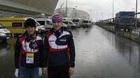 Martina Sáblíková (vlevo) s Karolínou Erbanovou v Soči, v pozadí rozestavěný hlavní olympijský stadión.