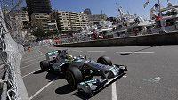 Pilot Mercedesu Nico Rosberg při měřeném tréninku na Velkou cenu Monaka vozů formule 1.