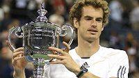 Brit Andy Murray s trofejí pro vítěze letošního tenisového US Open