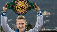 Fabiána Bytyqi s mistrovským pásem organizace WBC.
