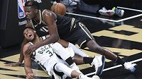 Centr basketbalistů Atlanty Hawks Clint Capela (nahoře) a hvězda Milwaukee Bucks Giannis Antetokounmpo padají k zemi po souboji v NBA.