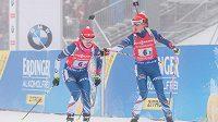 Markéta Davidová (vpravo) posílá do posledního okruhu štafety v Oberhofu Veroniku Vítkovou.