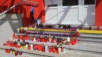 Fanoušci vytvořili na plzeňském stadiónu pietní místo. K fotografii zesnulého Františka Rajtorala přináší květiny, svíčky a klubové šály.