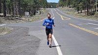 Robert Young se snažil přeběhnout Ameriku, téměř 5000 kilometrů za 46 dní. Pro zranění vzdal.